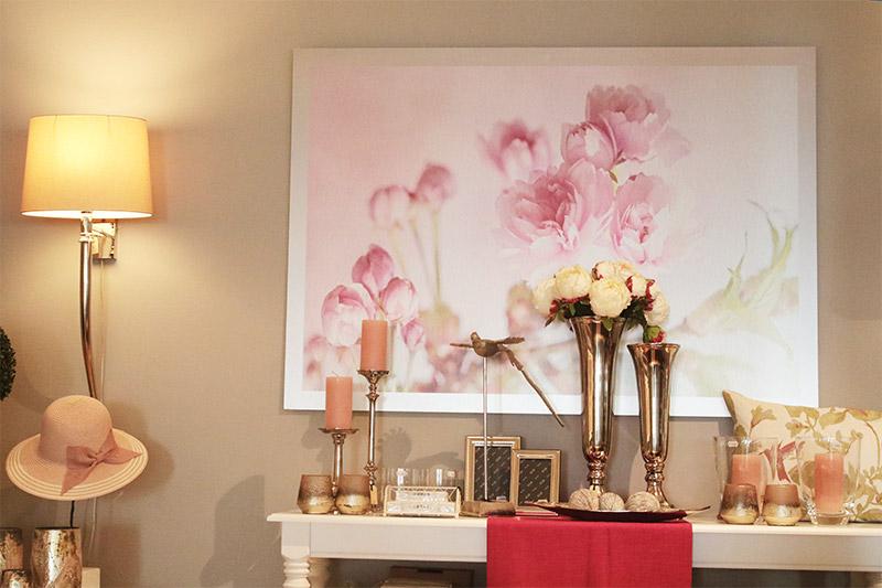 Rosenbild mit Vasen u. Kerzenständern - Inspiration am Vreithof